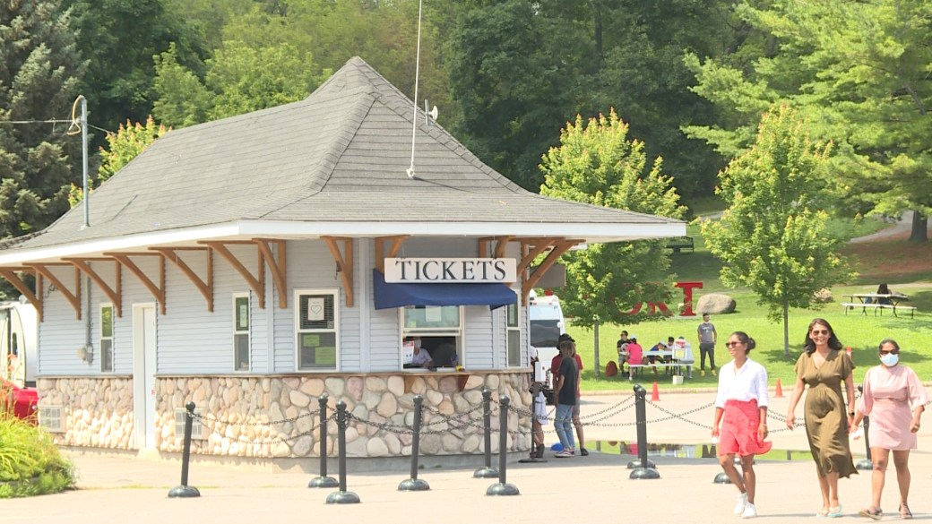 Click to play video: 'Tourist towns react to Canadian border reopening to Americans'