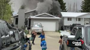 Father, neighbours scramble to save children during Mill Woods house fire (01:48)