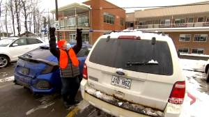 Good Samaritan removes snow from hundreds of vehicles at Montreal-area hospitals (01:55)