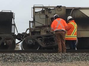 Crews assess damage after train derails on bridge over Lagimodiere Boulevard