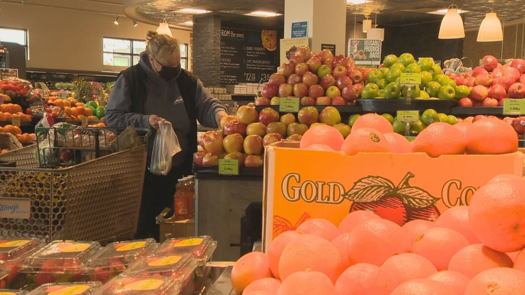 Click to play video: 'Consumer Matters: Canadians buying more discount grocery items than 2020'