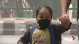 New Delhi government distributes anti-pollution masks to children due to dangerous smog