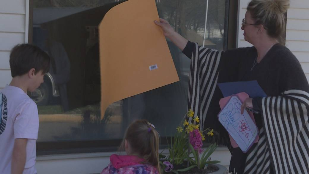 Click to play video: 'Coronavirus: Kelowna family connects with great grandmother while practicing social distancing'