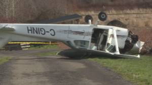 Small plane crashes in Saanich, no major injuries (00:40)