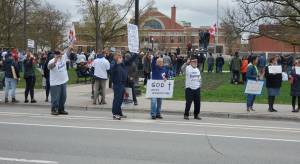 COVID-19: Peterborough police issue 6 tickets at anti-shutdown protest; Cobourg police charge 4 (01:36)