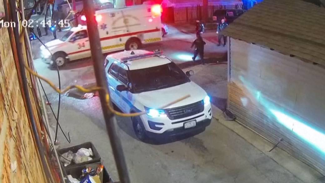 Click to play video: 'Chicago police release shooting video, 13-year-old victim's lawyer says he did not have a gun in his hand at time of shooting'