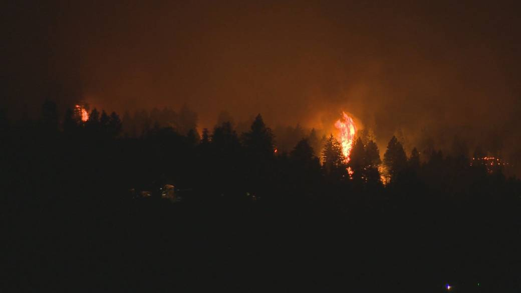 Click to play video: 'Some structural damage reported after wildfire in West Kelowna, B.C., grows 800 hectares overnight'