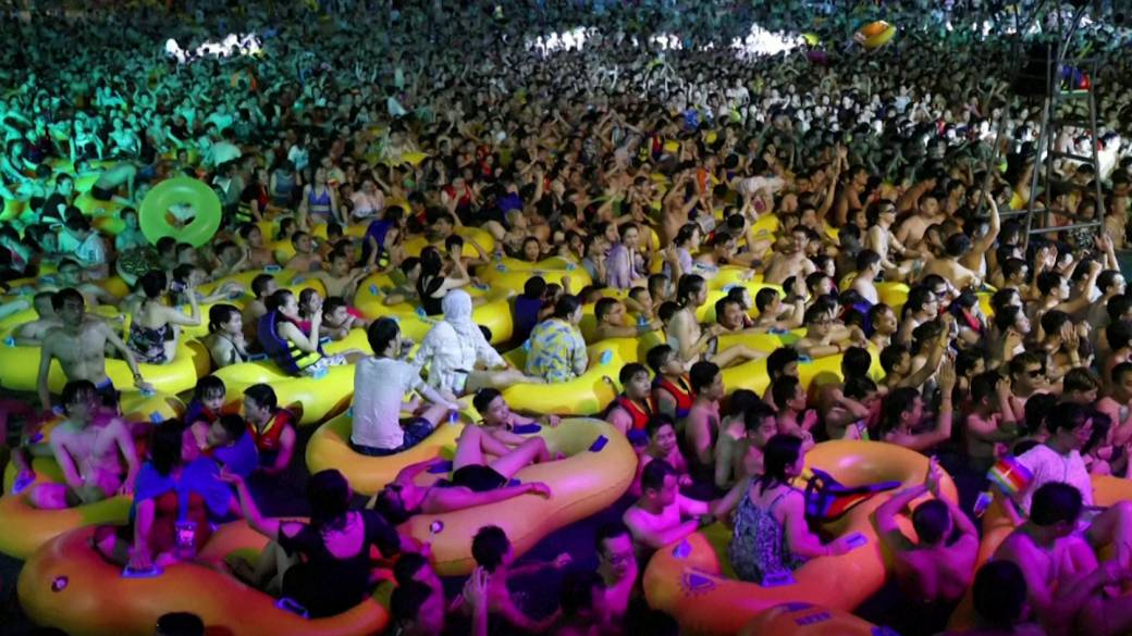 Click to play video 'Thousands attend massive pool party in Wuhan amid coronavirus pandemic'