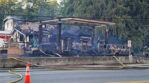 Explosion at Island gas station closes highway (01:44)