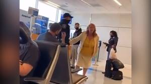 Woman demands to speak to manager after incident at Dallas airport (01:22)