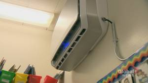 Coronavirus: Quebecers take issue of classroom ventilation into their own hands (02:15)