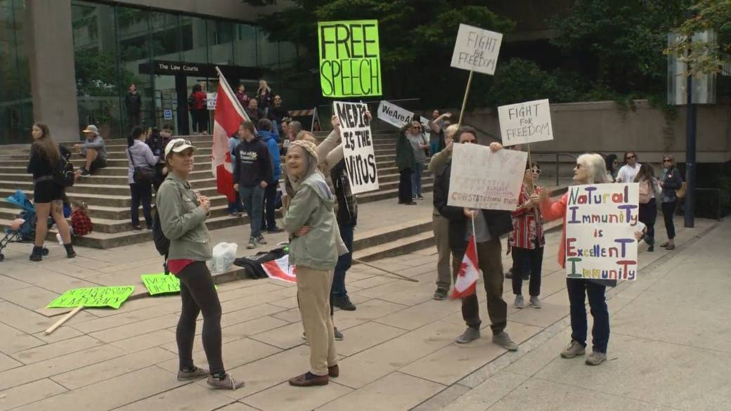 Click to play video: 'Group against COVID-19 vaccine card gathers at B.C. Supreme Court'