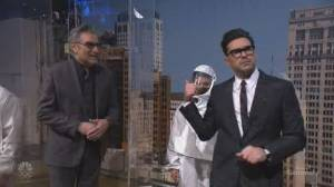 Dan Levy talks good and bad moments of 2020, gives backstage SNL tour alongside father Eugene Levy (05:57)