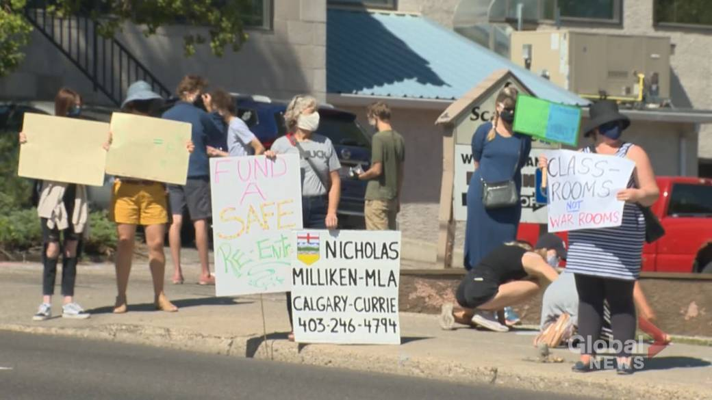 Click to play video 'Dozens of Alberta parents, teachers rally for more support ahead of school year'