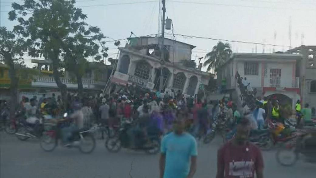 Click to play video: 'Haiti earthquake rescue efforts race against time as powerful storm bears down'