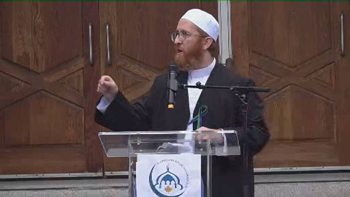Click to play video: 'Imam Abdul Fattah Twakkal calls for commitment to end racism at vigil for Muslim family killed in London, Ont. attack'