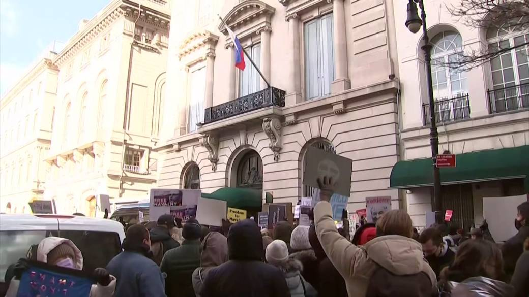 Click to play video 'Protesters gather outside Russian embassy in New York in solidarity with mass demonstrations'
