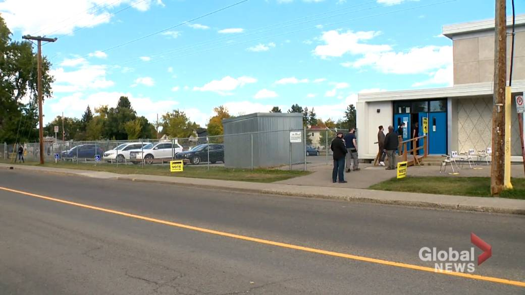 Click to play video: 'Elections Canada says Calgary polling stations see few issues despite pandemic concerns'