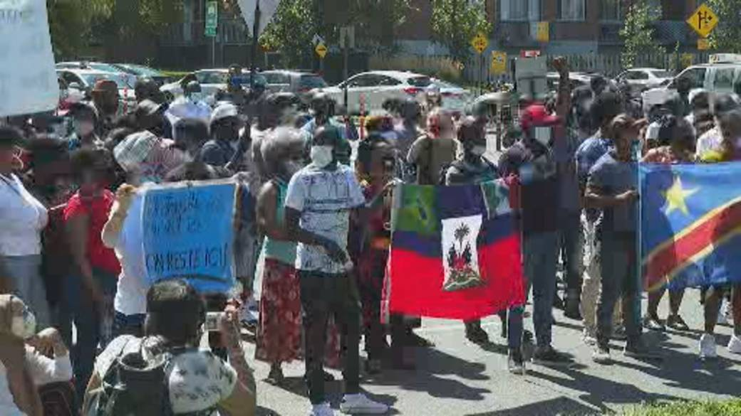 Click to play video: 'Asylum seekers who have worked during the pandemic protest new permanent residency deal'