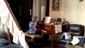 "Beirut explosion: Mother plays ""Auld Lang Syne"" on piano surrounded by wreckage"