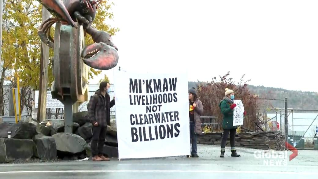 Click to play video 'Mi'kmaq solidarity group rallies in front of Clearwater Market'