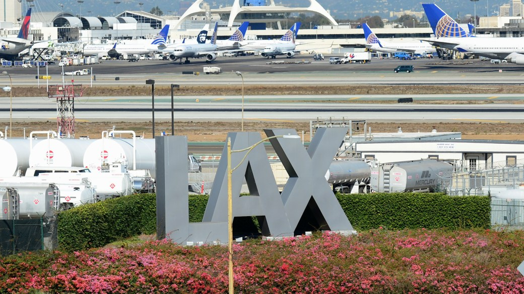 Click to play video 'Pilot sees man in jetpack while approaching LAX airport'