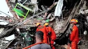 Indonesia earthquake: Rescuers look for survivors following deadly quake on Sulawesi island (02:42)