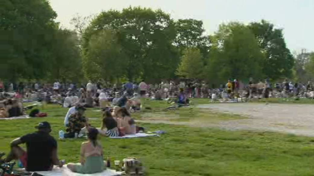 Click to play video 'Ontario's warm weather brings out crowds and complacency'