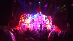 Coronavirus: The Flaming Lips host socially-distanced concert with inflatable plastic bubbles (01:01)