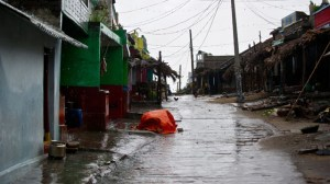Cyclone storm forcing hundreds of thousands from their homes in India