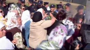 Women break through Bosina police barricade