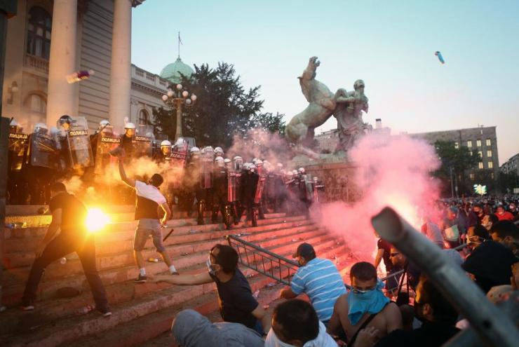 On Wednesday night 10 police officers were injured during a second night of clashes in Belgrade.
