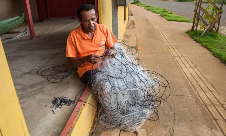 Raimundo Braga Gomes fixes a fishing net.