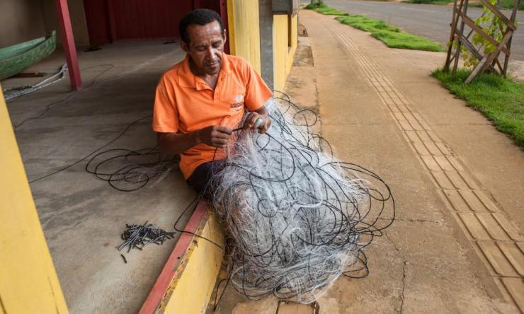 Raimundo Braga Gomes fixes a fishing net.