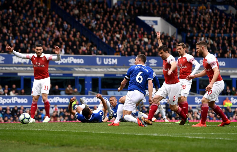 Jagielka scores the opener for Everton.