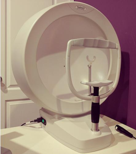 دستگاه کامپیوتری برای اندازهگیری میدان بینایی، جهت مشخصکردن مشکلات گلاکوما عکس از: Total Eyecare Centre