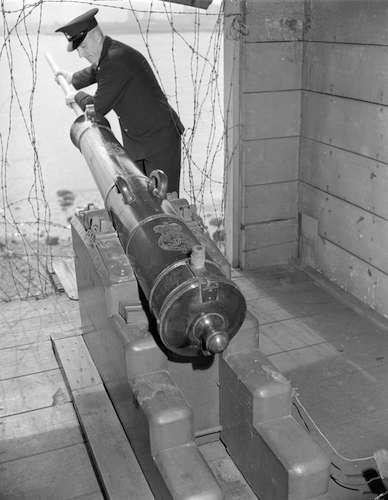 پرکردن «توپ شلیک ساعت ۹» در سال ۱۹۴۳