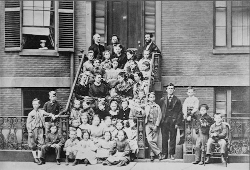 بل، ایستاده در بالا سمت راست، معلم مدرسهٔ ناشنوایان در بوستون، سال ۱۸۷۱
