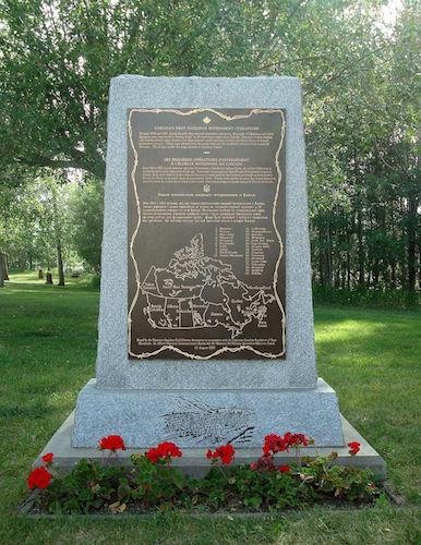 پلاک یادبود در دهکدهٔ فرهنگی اوکراینی ها در شرق ادمونتون، شامل نقشهای از مکان بازداشتگاهها در کانادا