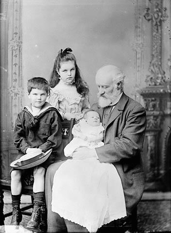 فلمینگ در کنار نوههایش در سال ۱۸۹۳