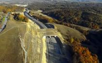 Autostrada care trece prin munti si zone impadurite