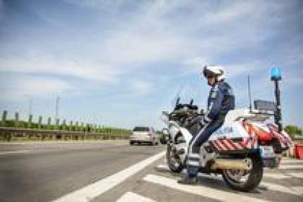 Imagini pentru Doi motocicliști, filmați în timp ce mergeau pe contrasens pe autostradă