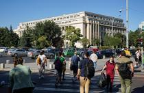 Oameni pe strada in Piata Victoriei din Bucuresti