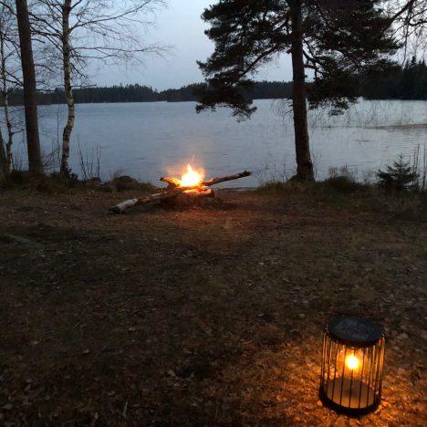Kaneläpplen över öppen eld
