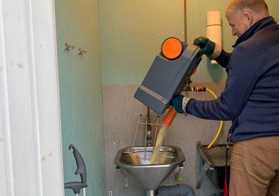 Tömning av kassett från toalett i husbil så kallat svartvatten