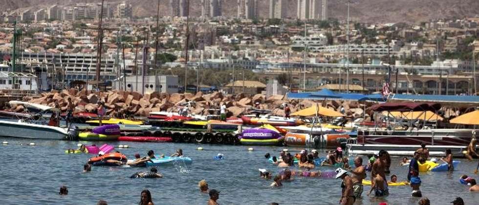 Des touristes sur une plage d'Eilat, sur la Mer Rouge en Israël, le 19 août 2011 ( Menahem Kahana (AFP/Archives) )