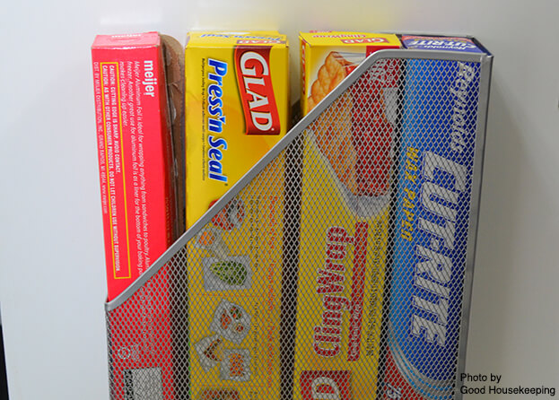 In fact, instead of storing plastic wrap and aluminum foil in the drawer, why not place them behind your cabinet door?