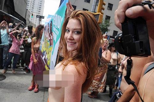 Foto Go-Topless Day Wanita New York Buka Baju Tampil Telanjang