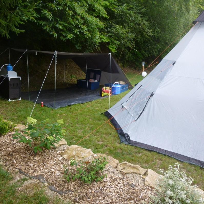 Le campement, autour du tipi et de l'espace cuisine