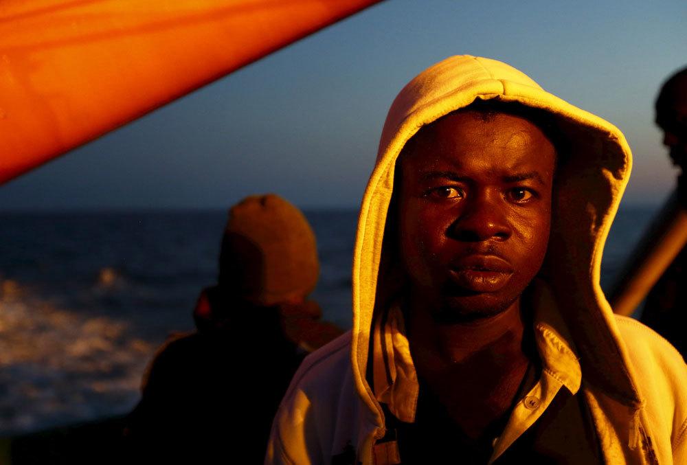Un migrante sulla nave Bourbon Argos di Medici senza frontiere, vicino alle coste libiche, il 7 agosto 2015. - Darrin Zammit Lupi, Reuters/Contrasto